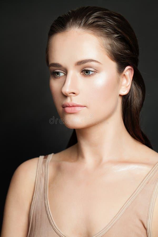 Fronte della giovane donna su fondo nero Skincare e concetto facciale di trattamento immagini stock