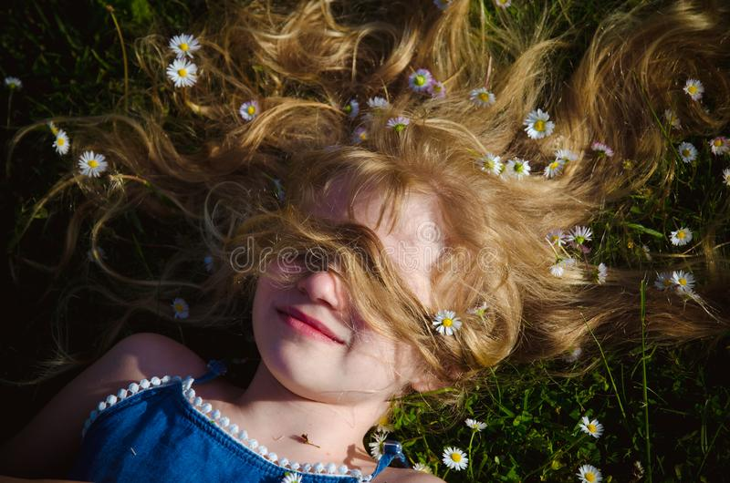 Fronte della ragazza con il ritratto lungo dei capelli biondi immagine stock libera da diritti