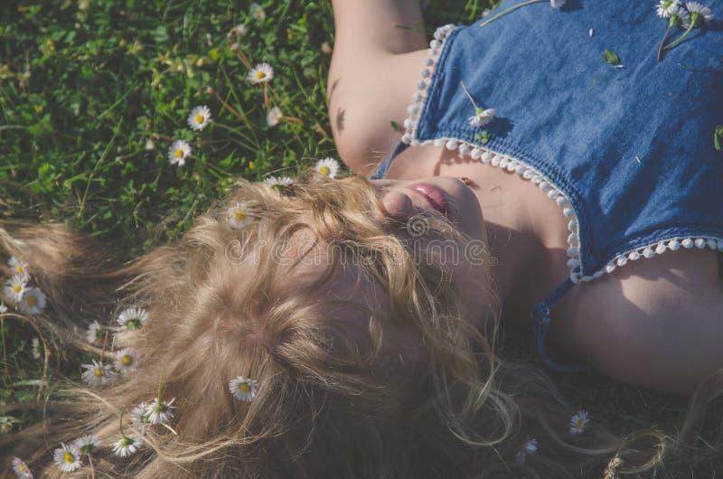 Fronte della ragazza con il ritratto lungo dei capelli biondi immagine stock