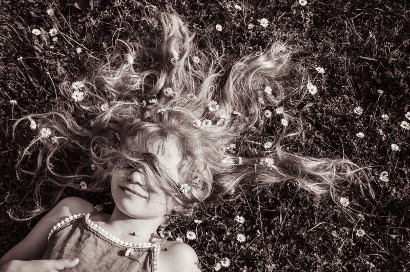 Fronte della ragazza con il ritratto lungo dei capelli biondi fotografia stock