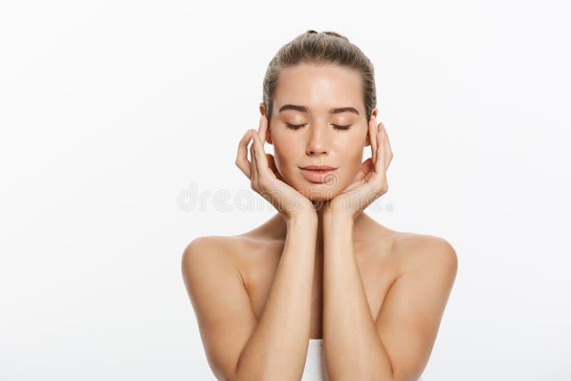 Fronte della ragazza del modello di bellezza del primo piano con trucco nudo naturale e pelle pulita Concetto facciale di trattam fotografia stock libera da diritti