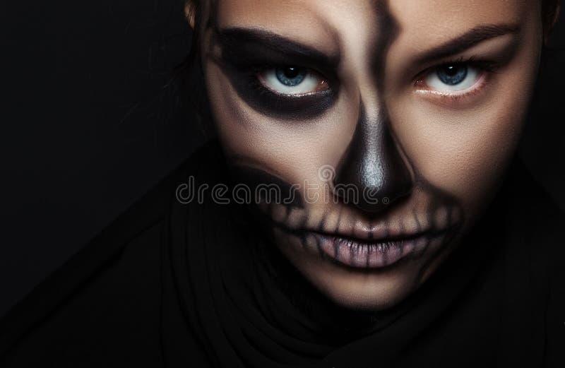Fronte della ragazza del primo piano con lo scheletro di trucco Ritratto di Halloween fotografia stock libera da diritti