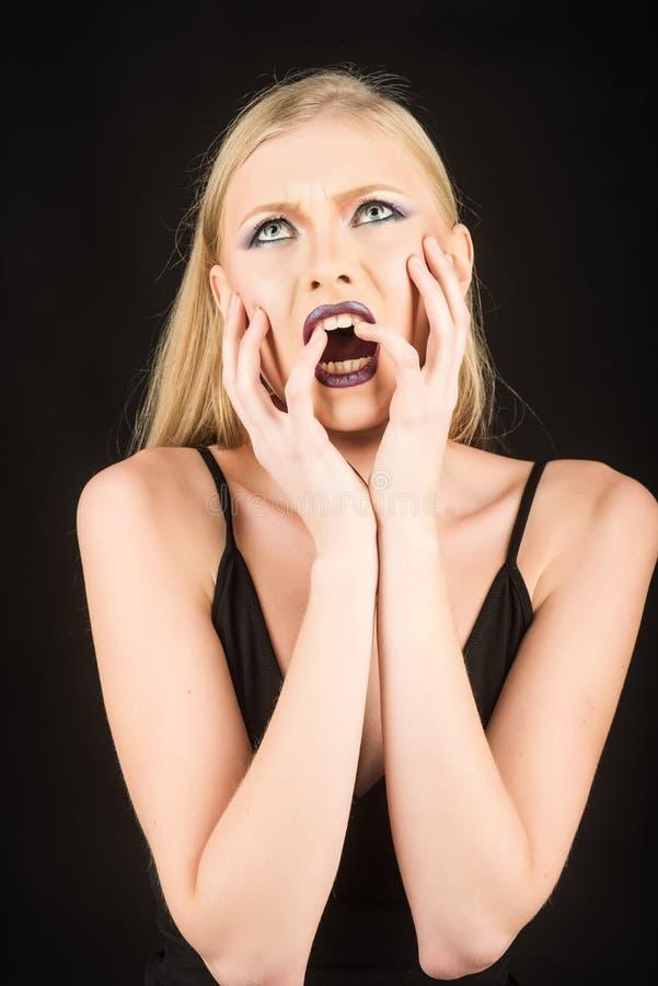 Fronte della ragazza di bellezza Studio sparato della donna Trucco di modo e del manicure Bella signora che tocca il suo fronte fotografia stock libera da diritti
