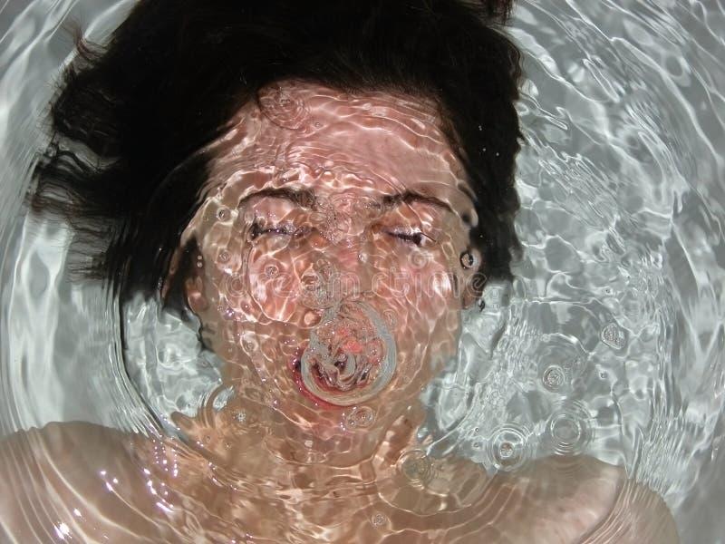 Fronte della ragazza sotto acqua fotografie stock