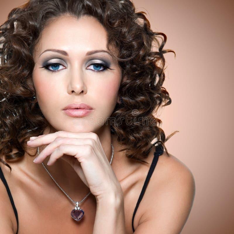 Fronte di bella donna adulta con i capelli ricci immagine stock libera da diritti