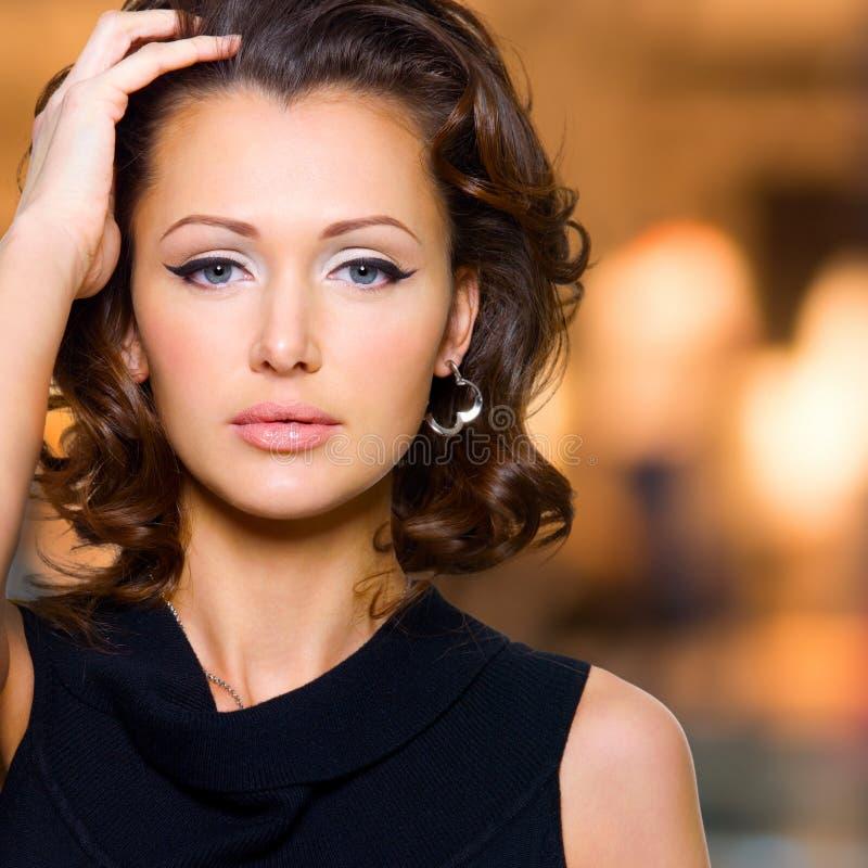 Fronte di bella donna con i capelli ricci lunghi fotografia stock libera da diritti