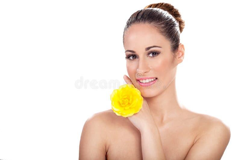 Fronte di bellezza di giovane bella donna con il fiore fotografie stock