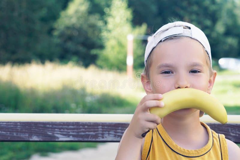 Fronte di bello giovane ragazzo caucasico con i baffi della banana sul fondo della natura fotografie stock
