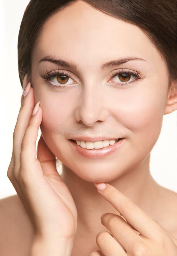 Fronte di cosmetologia di bellezza Ritratto facciale della ragazza Crema ed iniezione della hydra Modello femminile di dermatolog immagine stock libera da diritti