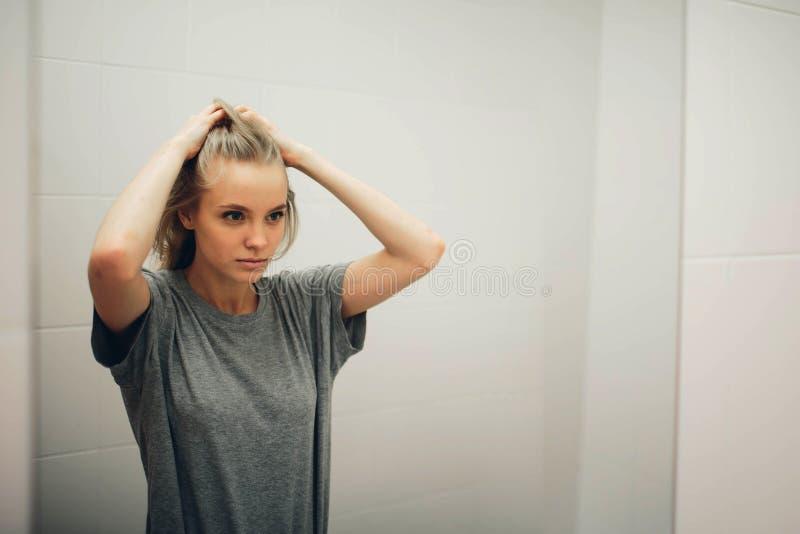 Fronte di giovane bella donna in buona salute e della riflessione nello specchio fotografia stock libera da diritti