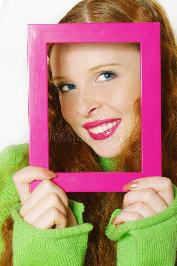 Fronte di giovane bella ragazza nel telaio fotografia stock