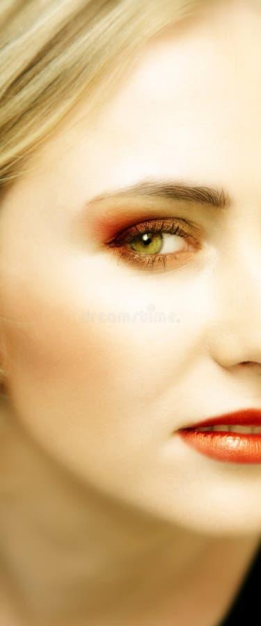 Fronte di giovane donna bionda con gli occhi verdi fotografie stock