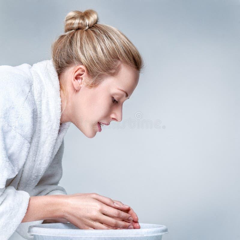 Fronte di lavaggio della giovane donna fotografia stock