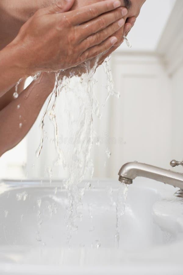 Fronte di lavaggio della mano dell'uomo fotografie stock libere da diritti