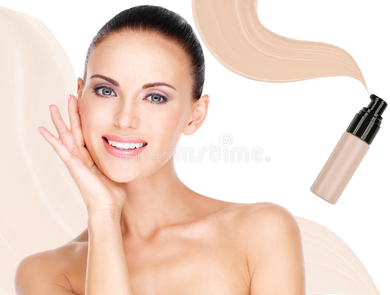 Fronte di modello di bella donna con il fondamento su pelle fotografie stock