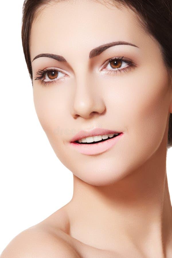 Fronte di modello femminile felice con pelle pulita sana fotografia stock libera da diritti