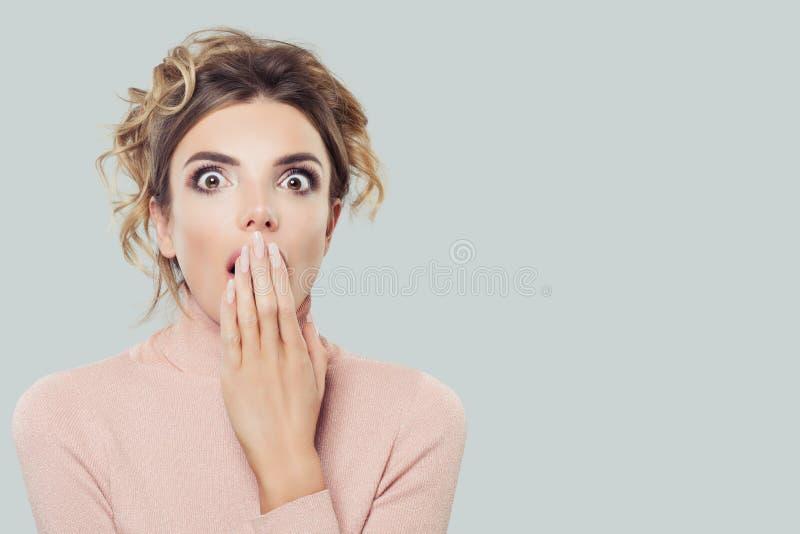 Fronte di modello sorpreso della donna Emozione positiva Espressione facciale espressiva fotografia stock libera da diritti