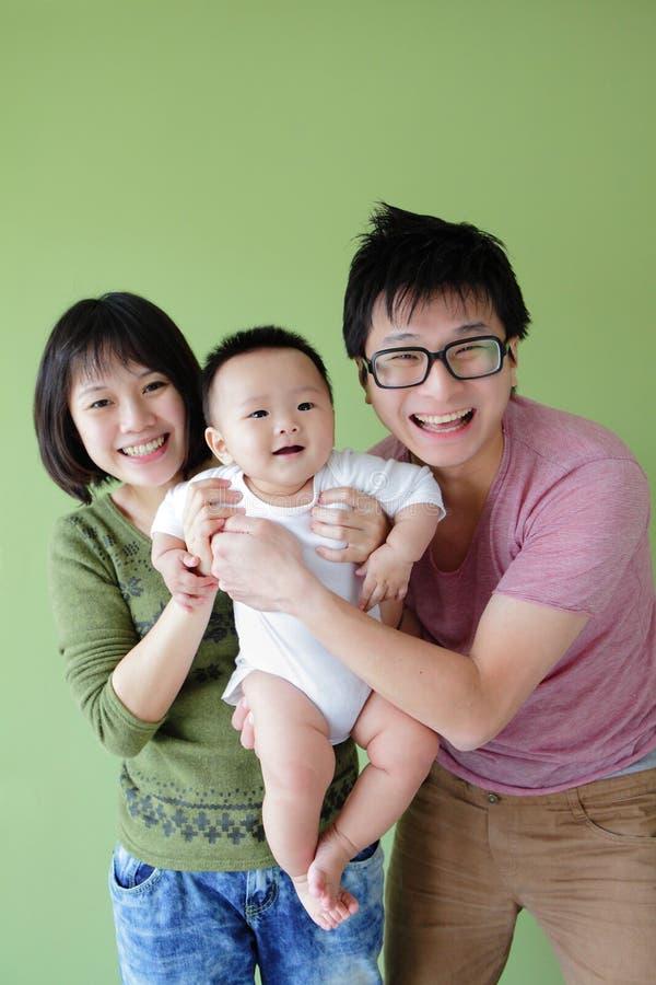 Fronte di sorriso della famiglia (madre, padre e piccolo bambino) immagini stock libere da diritti