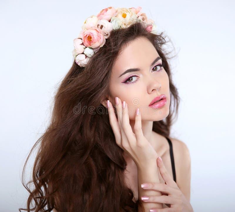 Fronte di trucco della ragazza di bellezza Capelli sani Giovani wi attraenti della donna fotografie stock libere da diritti