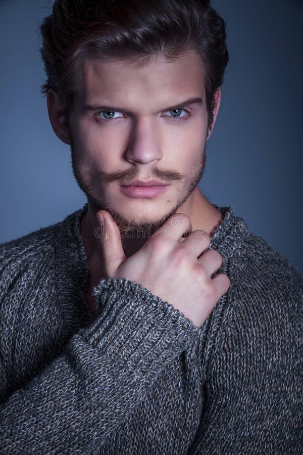 Fronte di un uomo di bellezza con gli occhi azzurri fotografia stock libera da diritti