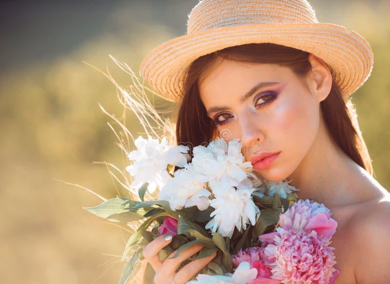 fronte e skincare viaggio di estate Ragazza di estate con capelli lunghi Donna con trucco di modo Donna della sorgente Primavera  immagini stock libere da diritti