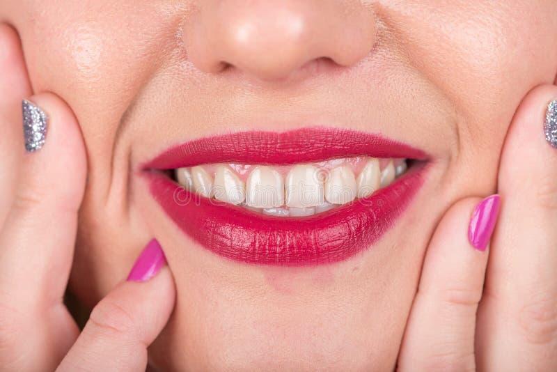 Fronte felice della donna con le labbra e le dita con le unghie polacche Tiro di foto dello studio immagini stock