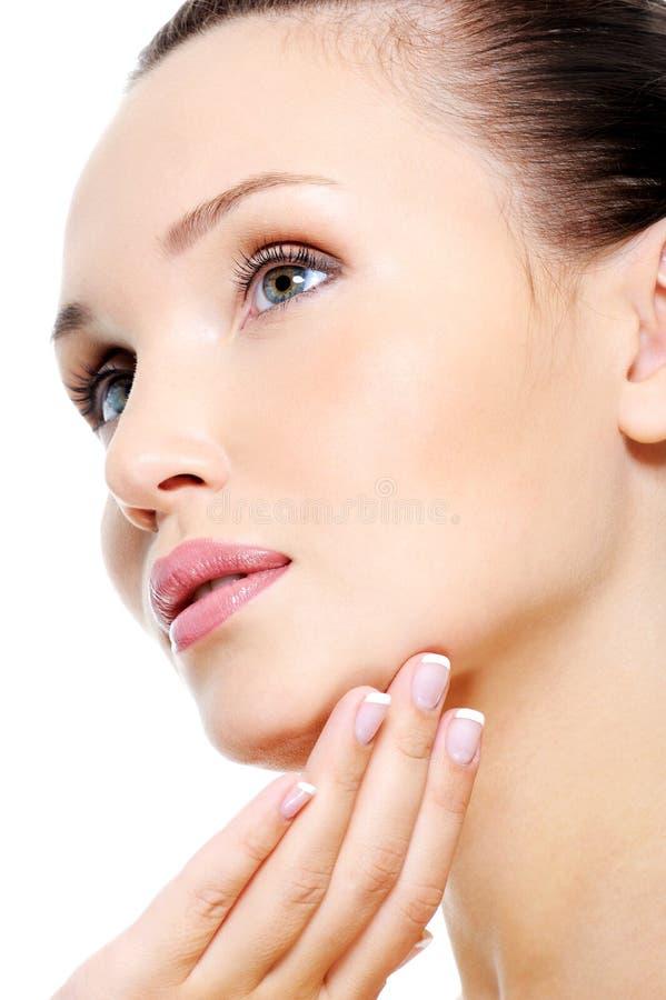Fronte femminile attraente nel trattamento dello skincare fotografie stock libere da diritti