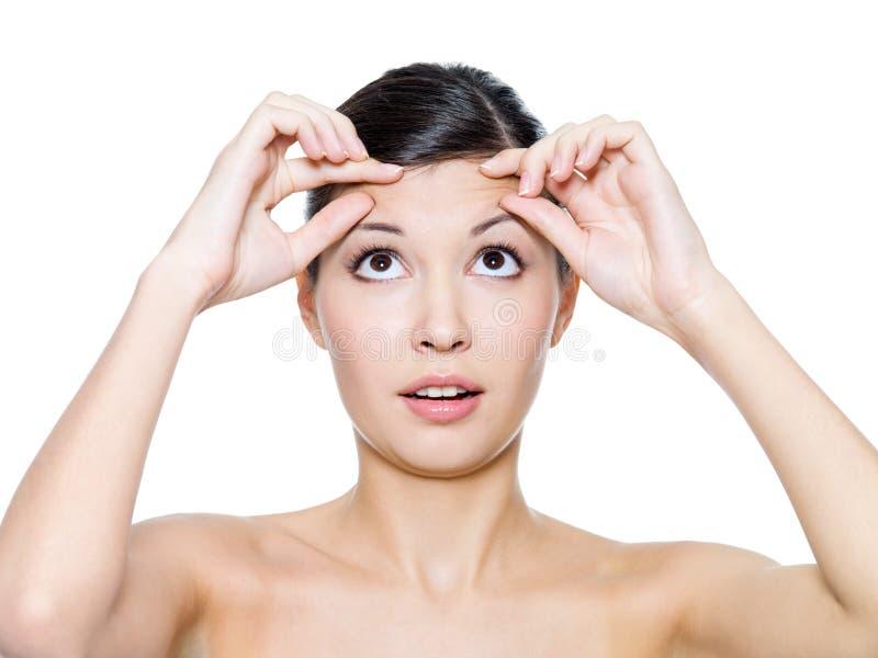Fronte femminile con le grinze sulla sua fronte fotografia stock