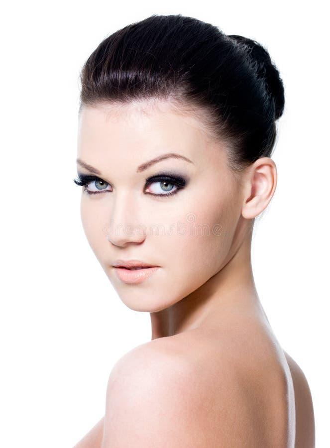 Fronte femminile di bellezza con trucco dell'occhio fotografia stock libera da diritti