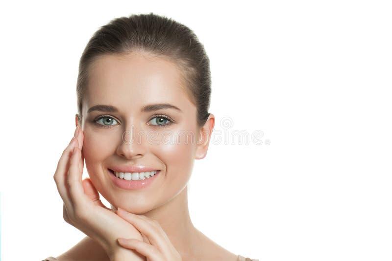 Fronte femminile Donna in buona salute con bella chiara pelle Skincare e concetto facciale di trattamento immagini stock