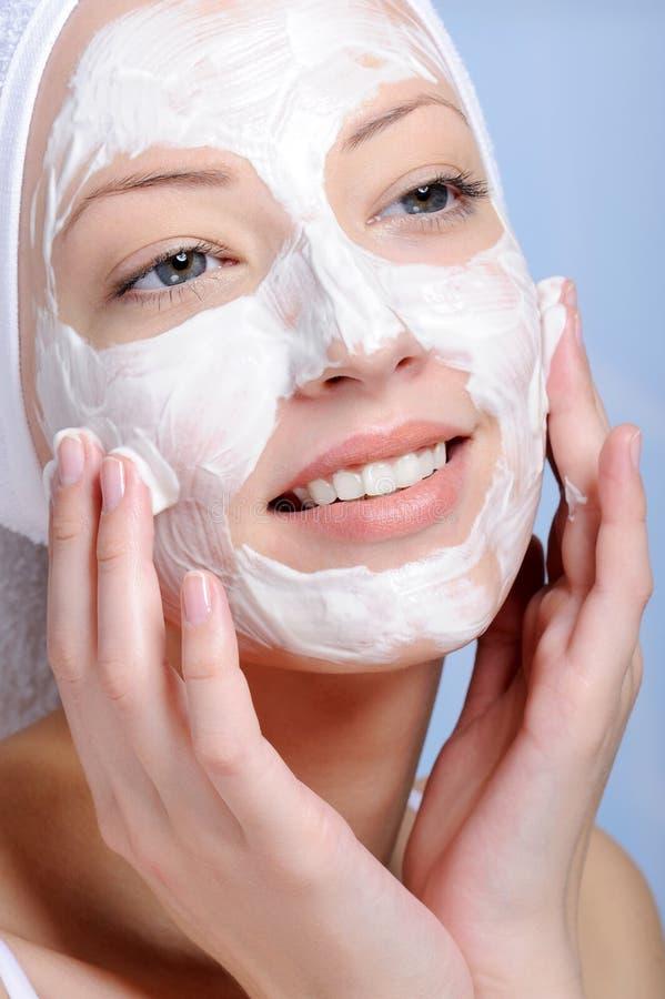 Fronte femminile nella mascherina cosmetica fotografia stock libera da diritti