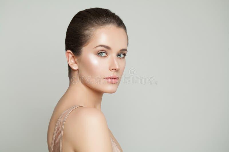 Fronte femminile perfetto Donna in buona salute con chiara pelle Concetto di Skincare fotografia stock