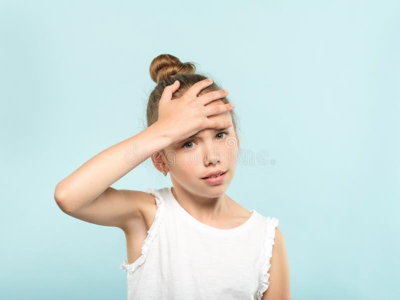 Fronte imbarazzata della copertura della ragazza di imbarazzo di Facepalm immagine stock