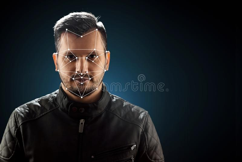 Fronte maschio, riconoscimento di fronte biometrico di verifica La tecnologia del riconoscimento di fronte sulla griglia poligona fotografia stock