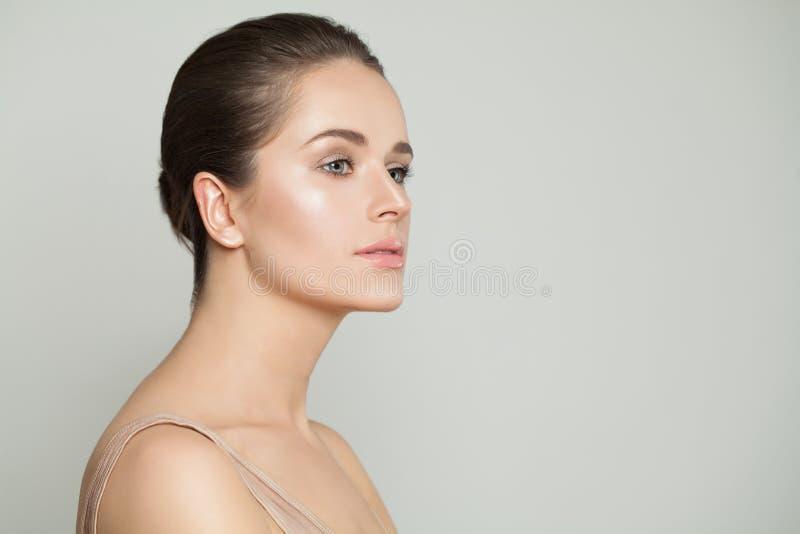 Fronte perfetto della donna Bello modello con chiara pelle Skincare e concetto facciale di trattamento immagini stock libere da diritti