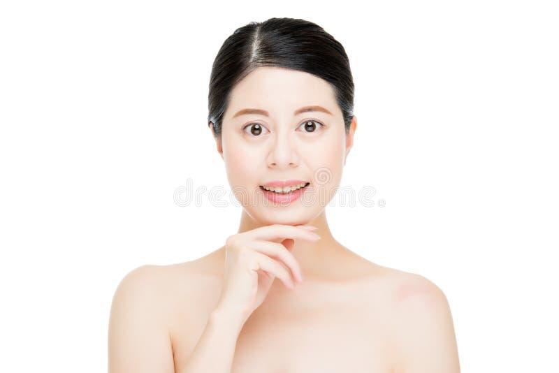 Fronte perfetto della donna del modello di tocco asiatico felice del dito fotografia stock