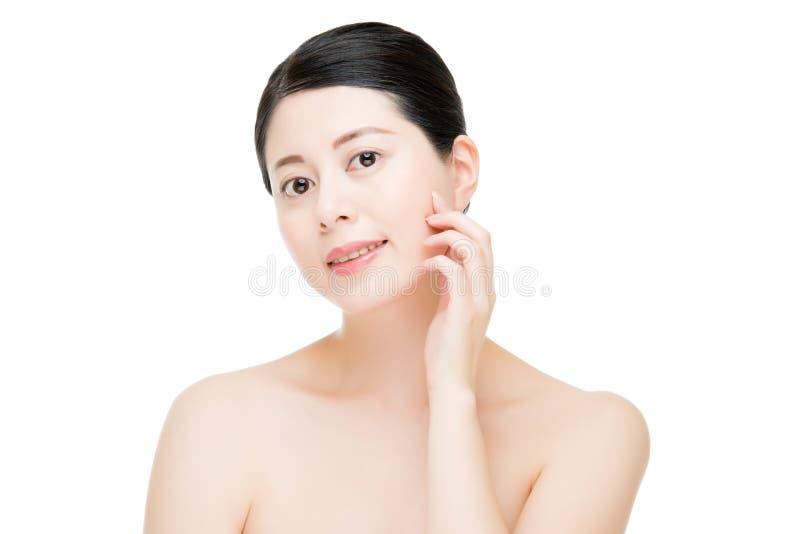 Fronte perfetto della pelle della donna di bellezza del modello di tocco asiatico della mano fotografia stock