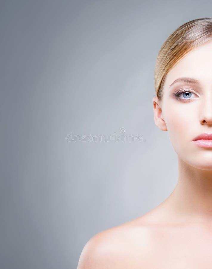 Fronte potato di bella donna con gli occhi azzurri immagine stock