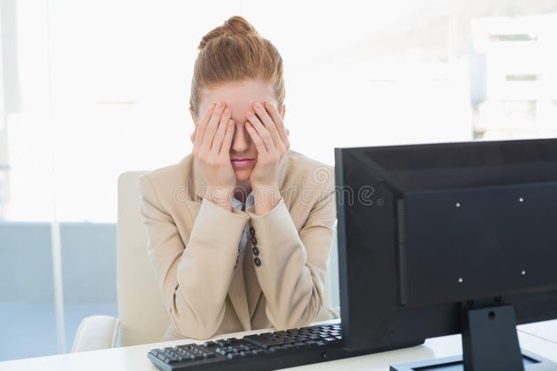 Fronte preoccupato della copertura della donna di affari all'ufficio fotografia stock libera da diritti