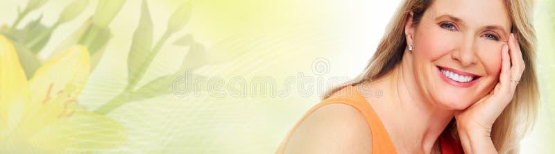 Fronte senior della donna sopra fondo astratto verde immagini stock