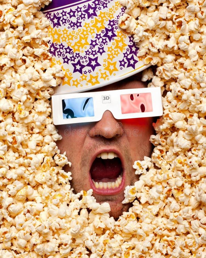 Fronte sorpreso in popcorn che guarda film 3D fotografia stock libera da diritti