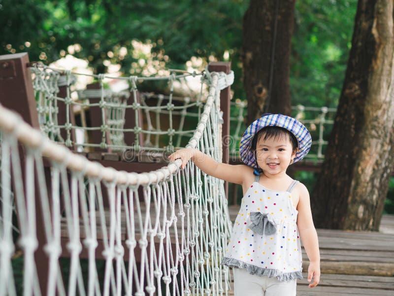 Fronte sorridente della bambina felice sul fondo del bokeh con l'annata fotografia stock