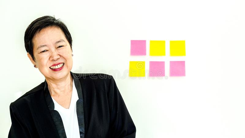 Fronte sorridente felice senior asiatico di espressione della donna di affari immagine stock