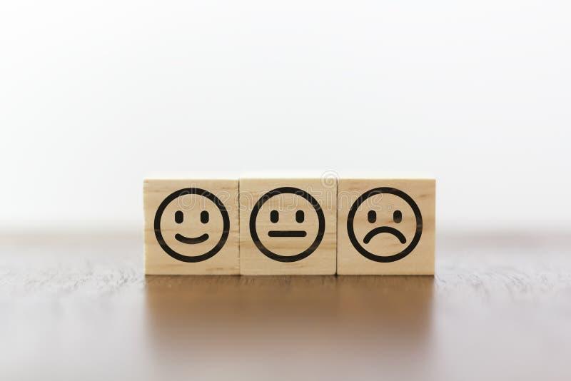 Fronte sorridente, fronte neutrale e fronte triste Valutazione di servizio e concetto di soddisfazione del costume immagini stock libere da diritti