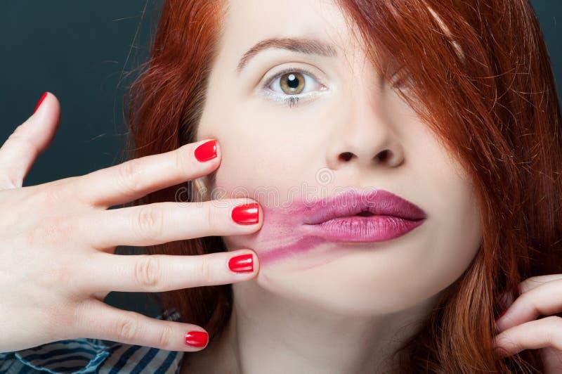 Fronte splendido di giovane femmina con rossetto spalmato immagini stock libere da diritti