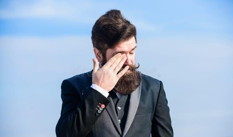 Fronte stanco di tocco del datore di lavoro Uomo d'affari contro il cielo datore di lavoro caucasico brutale con i baffi Pantalon immagine stock