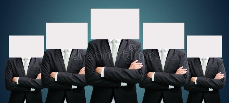 Fronte stante del Libro Bianco dell'uomo d'affari che tiene parte anteriore della testa fotografia stock libera da diritti