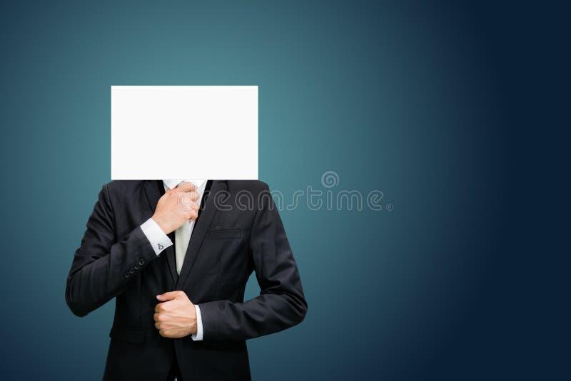 Fronte stante del Libro Bianco dell'uomo d'affari che tiene parte anteriore della testa fotografie stock