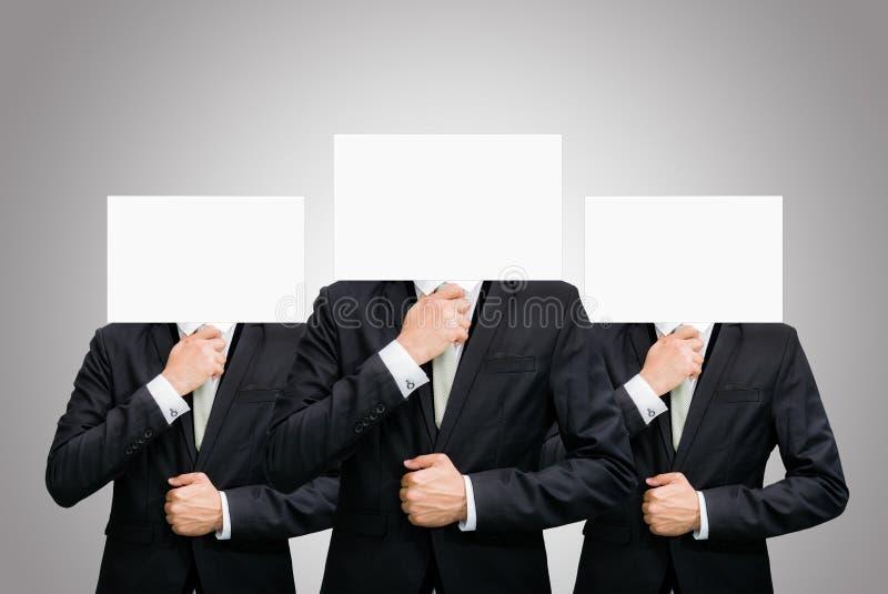 Fronte stante del Libro Bianco dell'uomo d'affari che tiene parte anteriore della testa immagine stock libera da diritti