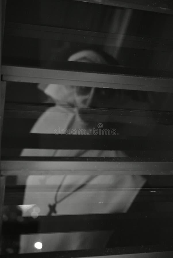 Fronte terrorizzante della suora sulla notte di Halloween Suora della malvagità Suora di omicidio fotografia stock libera da diritti